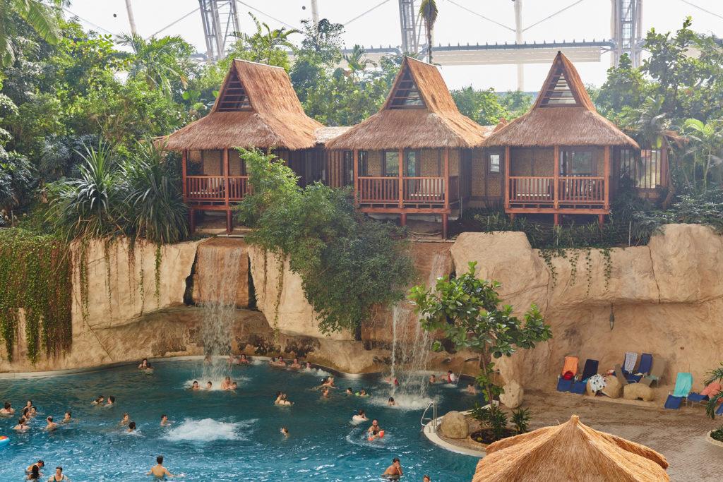 Piscina con cascadas y cabañas en Tropical Islands.