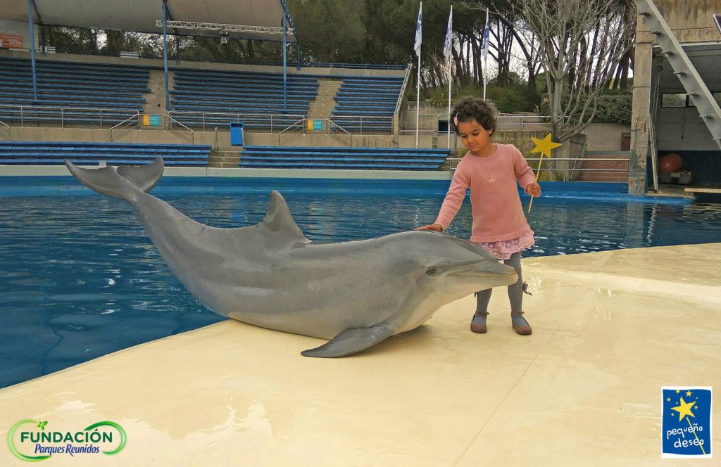 Valentina con uno de los delfines del Zoo